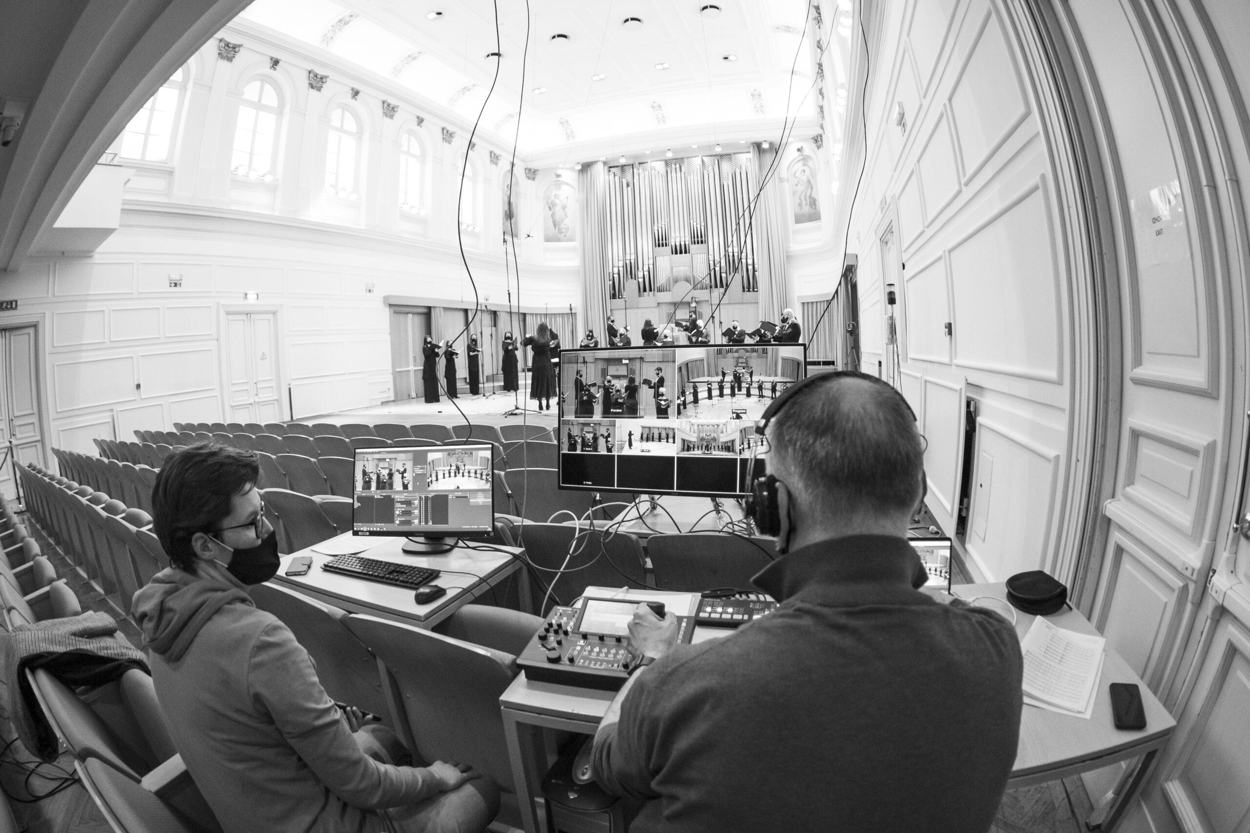 Darja Štravs Tisu, Slovenija: Na spletu, 2021, Zbor Slovenske filharmonije, Slovenija - Med epidemijo je bila večina kulturnih dogodkov dostopna le na spletu. Za to, da smo koncerte Zbora Slovenske filharmonije lahko spremljali iz domačih naslanjačev, je poskrbela tehnična ekipa, ki spremlja zbor. Z vsakim koncertom si je čedalje bolj utečena ekipa prizadevala, da bi prenos v živo potekal kar se da dobro.