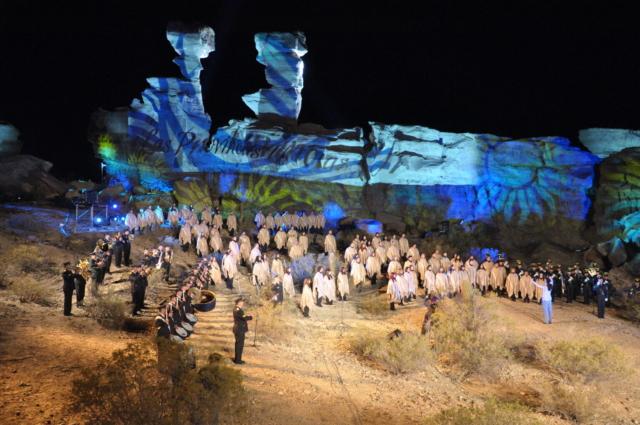 Federico Levato, Argentina: Argentinska himna v Ischigualastu, 2010, zbora Artura Berutija in Katoliške univerze Cuyo, Argentina - Dne 25. maja 2010 je Argentina praznovala 200. obletnico začetka revolucije proti španskim osvajalcem (1810). Uradno proslavo so sredi puščave v provinci San Juan odprli s posebnim dogodkom. Ta se je začel točno ob polnoči z nastopom zborov, ki so ob spremljavi godbe zapeli državno himno.