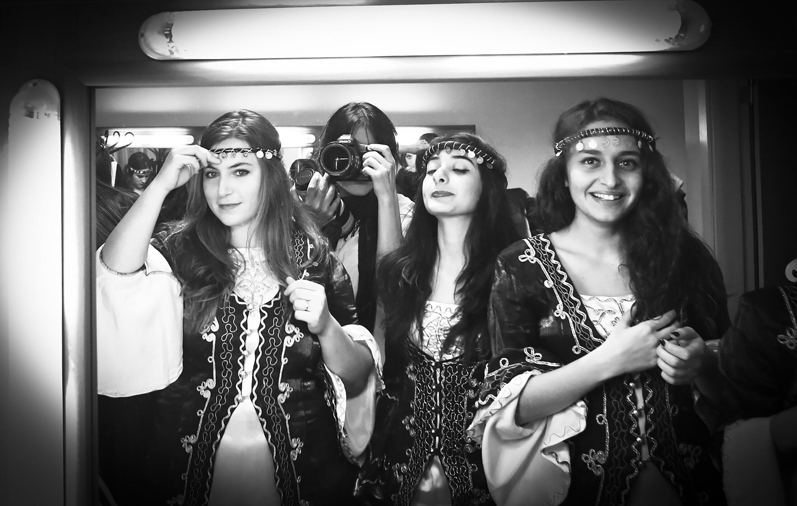 Gülüm İmrat, Turčija: Jaz fotografinja, 2013, Boğaziçi Caz Korosu, Turčija - Fotografija zborovskih pevcev iz zaodrja med pripravo na prihod na oder za posebni koncert.