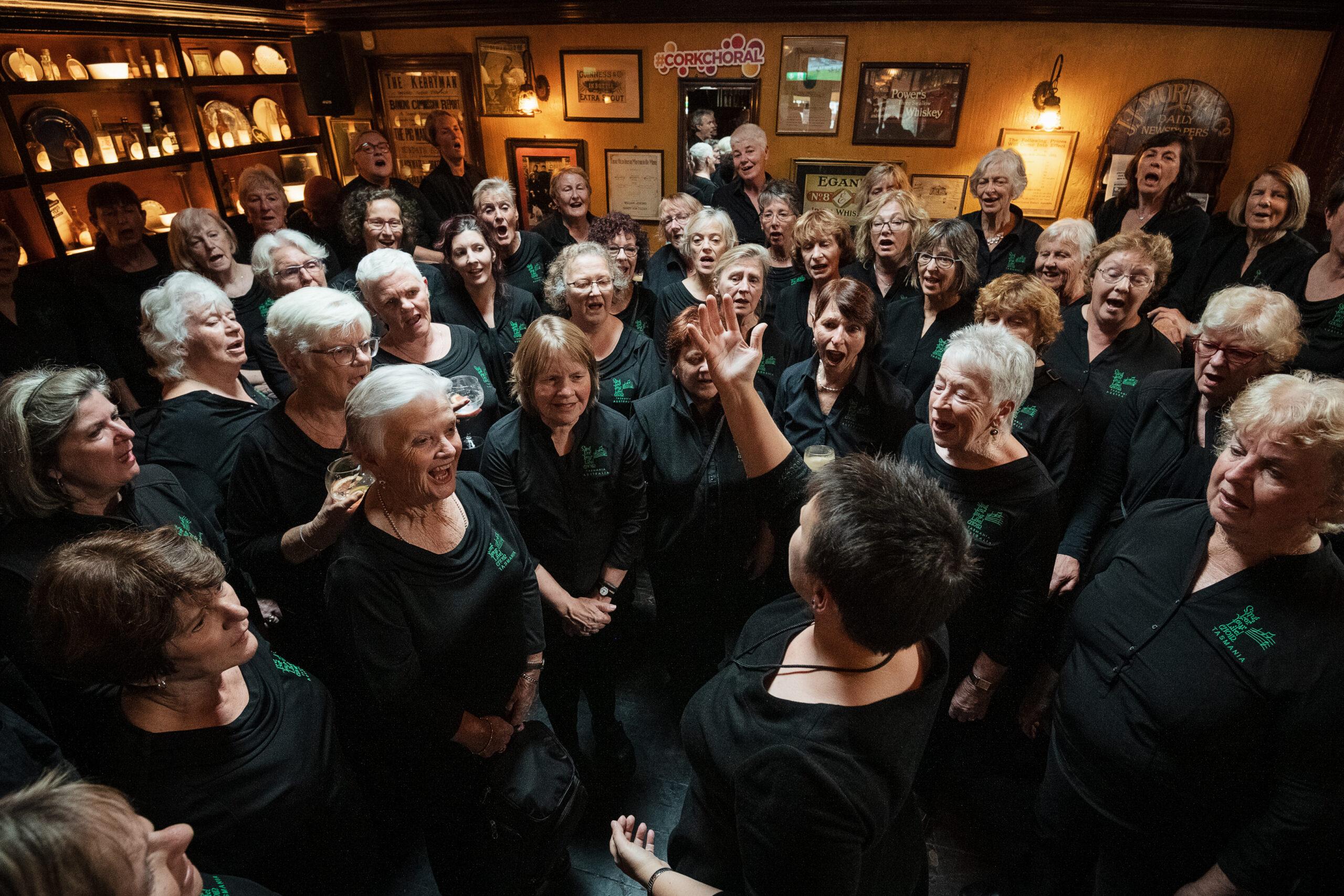 Jed Niezgoda, Irska: Pevska pot, 2019, Pevski zbor Sing For Your Life!, Avstralija - Pevski zbor Sing For Your Life! med nastopom v tradicionalnem irskem baru Shelbourne Bar v osrčju irskega mesta Cork v sklopu pevske poti Choral Trail na mednarodnem pevskem festivalu v Corku.