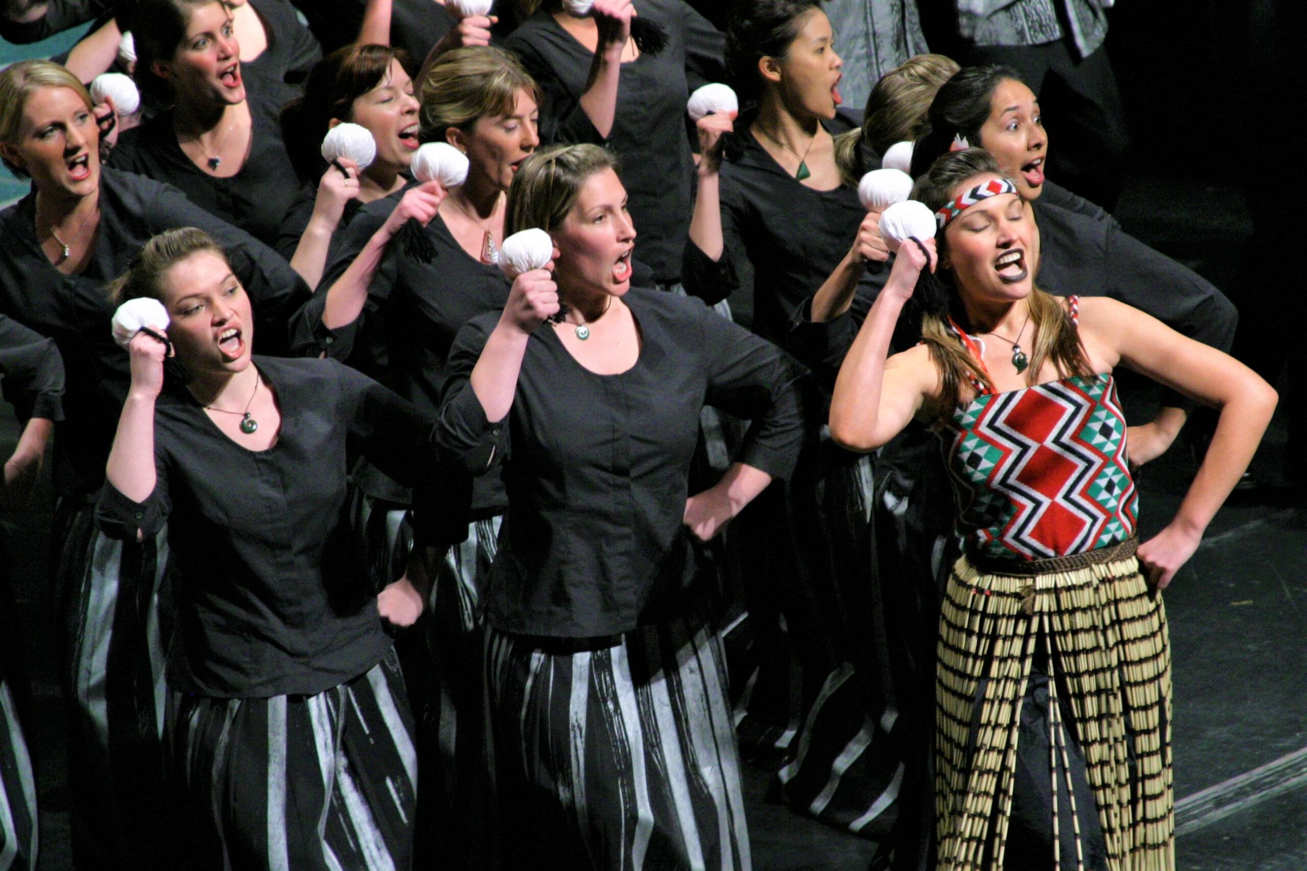 Ki Adams, Kanada: Mladinski pevski zbor Tower na Festivalu 500, 2007, Mladinski pevski zborTower, Nova Zelandija - Novozelandski mladinski pevski zbor, ki je v preteklosti nosil ime Mladinski pevski zbor Tower, je nacionalni mešani pevski zbor, v katerem na avdicijah izbrani pevci, stari od 18 do 25 let, skupaj nastopajo tri leta. Ustanovljen je bil leta 1997, na Festivalu 500 (St. John's Nova Fundlandija, Kanada) pa ga je leta 2007 vodila Karen Grylls.