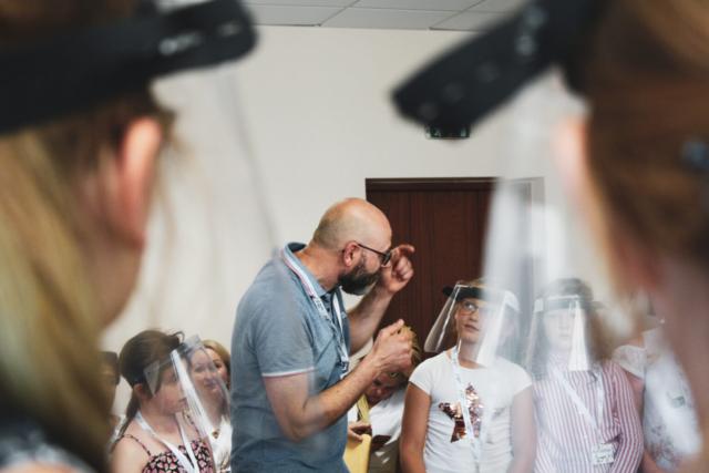 Kristijonas Bartoševičius, Litva: Petje v času pandemije, 2020, Združeni pevski zbor na kampu mladinskih pevskih zborov, Litva - Petje ni bilo prepovedano povsod in ves čas. Fotografija je bila posneta med trajanjem kampa mladinskih pevskih zborov v Birštonasu v Litvi leta 2020. Fotografija prikazuje vajo litovskega mladinskega pevskega zbora s priznanim italijanskim dirigentom Luigijem Leom.