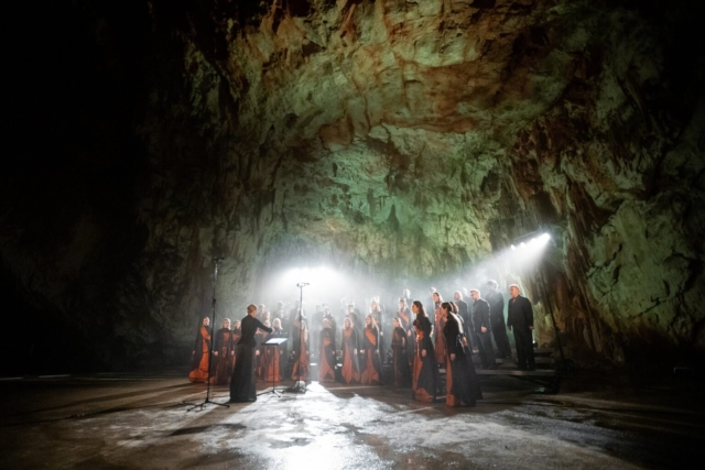 Matic Dolenc, Slovenija: Žarki podzemlja, 2019, Zbor sv. Nikolaja Litija, Slovenija - Bilo je tako svetlo, kot da bi v jamo posijalo sonce.