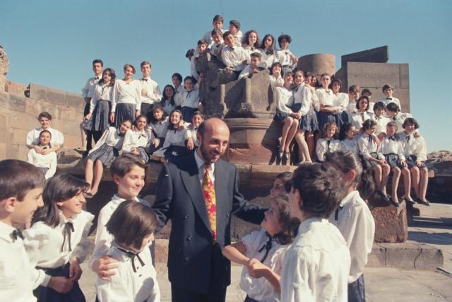Poghos Poghosyan, Armenija: Mali pevci Armenije, 1994, Zgodovinsko-kulturni muzej in rezervat Zvartnoc, Armenija - Prva fotografija zbora. Ta bi moral ob 50. obletnici Organizacije združenih narodov odpotovati na svetovno turnejo z naslovom Mir svetu. Za promocijo dogodka so fotografiranje zbora organizirali v Zgodovinsko-kulturnem muzeju in rezervatu Zvartnoc.