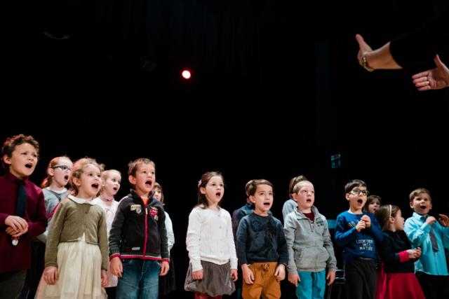 Polona Avanzo, Slovenija: Pojemo od malih nog, 2019, Otroški zbor glasbenega centra Zvočna zgodba, Slovenija - Nikoli, ampak res nikoli ne recite otroku, ki rad poje, naj samo odpira usta. Izražanje s petjem vedno pomeni skupinsko doživetje, povezovanje sodelujočih, razvijanje čustvenega in domišljijskega sveta, obenem pa je odličen pripomoček za razvoj govora.