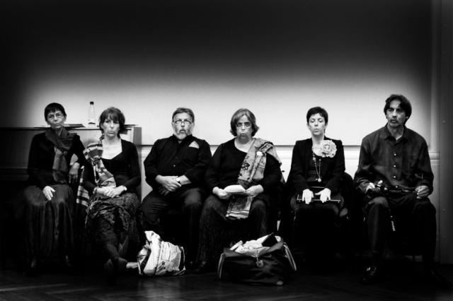Samuel Dietz, Francija: Usklajevanje, 2011, Vokalni ansambel Claire Garrone, Francija - Nekaj trenutkov pred začetkom koncerta imajo pevci čas, da si ogrejejo glas, ustvarijo mehurček harmonij in se umirijo pred nastopom.