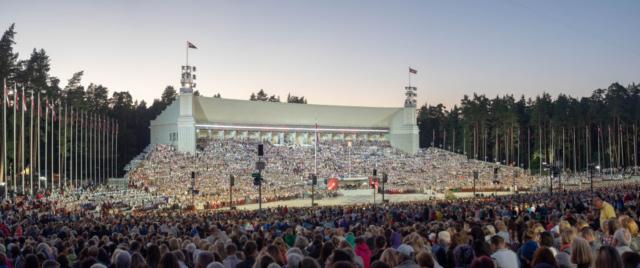 Valdis Ošiņš, Latvija: Zaključni koncert, 2018, združeni pevski zbor 12.000 pevcev na Festivalu pesmi in plesa (Dziesmu svētki), Latvija - Dziesmu svētki je biser latvijske kulture vse od leta 1873. Vsakih pet let na festivalu poje in pleše več deset tisoč ljudi, katerih nastope si ogleda domače in tudi svetovno občinstvo. Dogodek je bil dodan na Unescov seznam nesnovne kulturne dediščine človeštva skupaj s podobnim estonskim in litovskim festivalom, kot baltska praznovanja pesmi in plesa.
