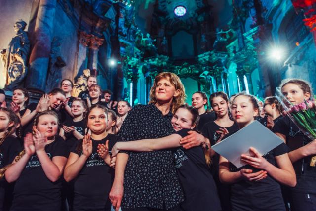 Tomas Terekas, Litva: Aplavz, 2020, Združeni litovski otroški pevski zbor, Litva - Združeni litovski otroški pevski zbor je nastal leta 2016 na pobudo Valerije Skapiene in litovskega nacionalnega kulturnega centra. Otroci, ki prihajajo iz vseh delov države, se srečujejo enkrat mesečno in nastopajo v najboljših koncertnih dvoranah v Vilni. V zboru vsako leto prepeva okoli 250 otrok.