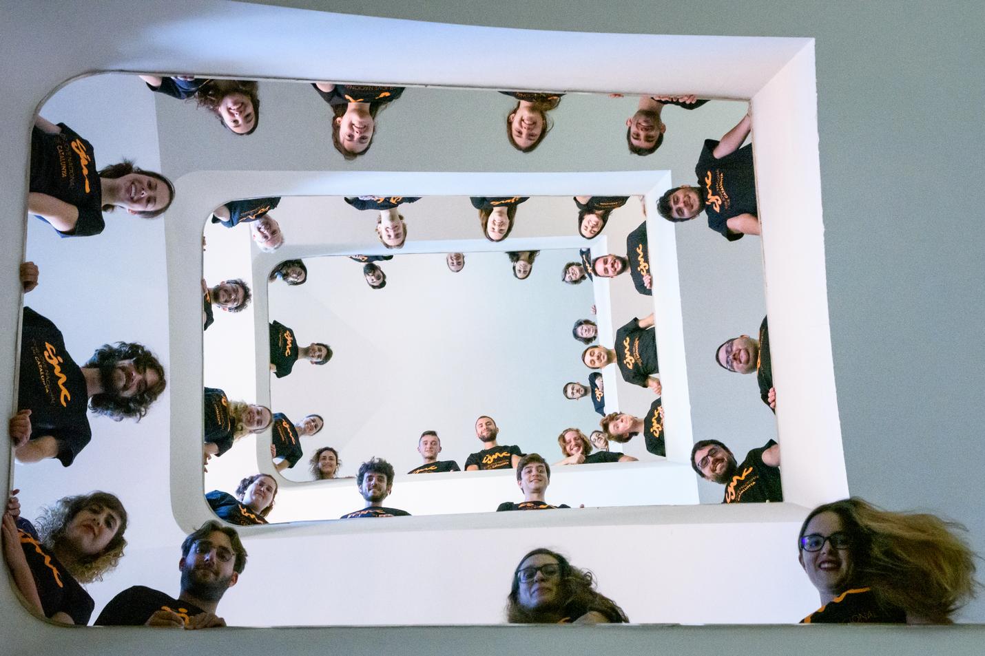 Toni Márquez, Moviment Coral Català, Španija: Nasmeh brez konca, 2020, Nacionalni mladinski zbor Katalonije, Španija - Uradna fotografija Nacionalnega mladinskega zbora Katalonije 2020, posneta na stopnicah starega semenišča v Vicu, kjer so člani zbora vadili poleti.