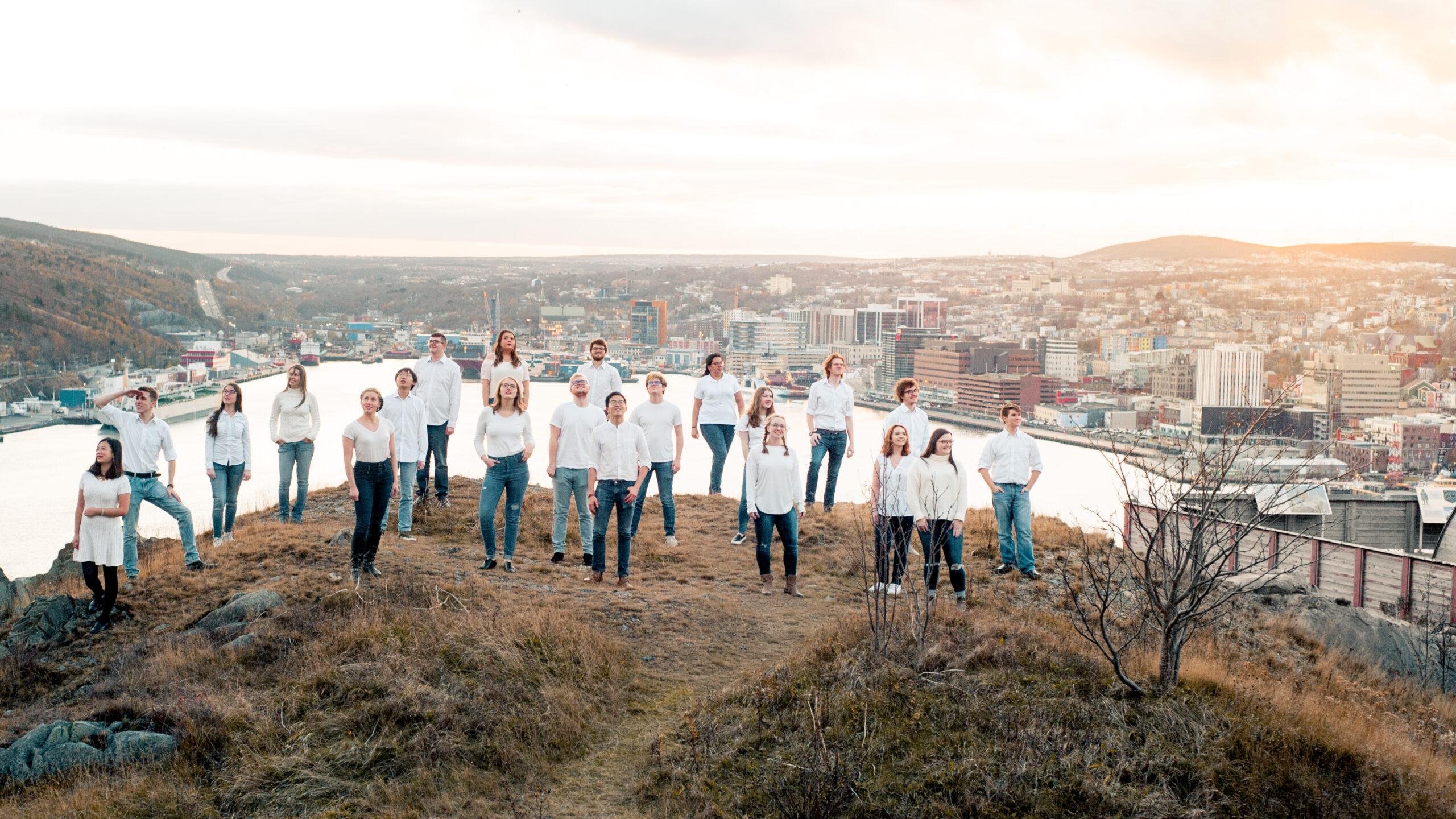 Yu Hang Tan, ZDA: Komorni zbor Suara, 2018, Kanada - Promocijska fotografija komornega zbora Suara, posneta na hribu Signal Hill – na nacionalnem zgodovinskem območju s pogledom na mesto St. John's, Nova Fundlandija in Labrador, Kanada.